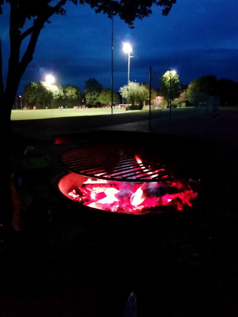 Grill mit Fussballfeld im Hintergrund